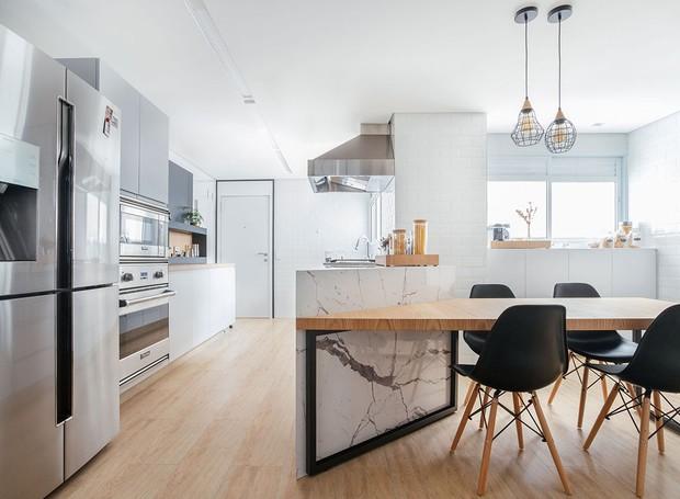 COZINHA | A cozinha conta também com copa, uma vez que a mesa para almoço fica diretamente conectada à região dos armários e à bancada (Foto: Maura Mello/ Divulgação)