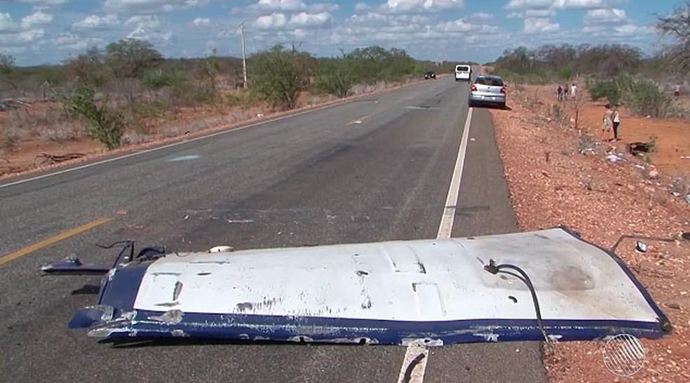 Teto do carro-forte foi arrancado e foi parar no meio da pista (Foto: Reprodução/TV São Francisco)