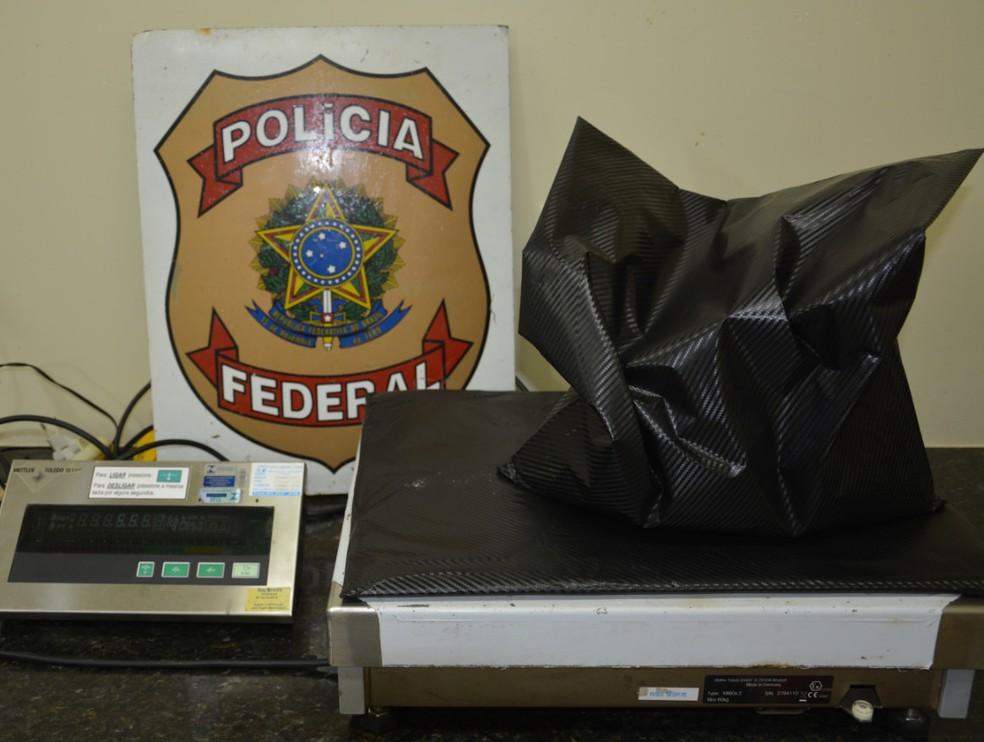 Cinco quilos de cocaína foram apreendidos pela PF, após serem ecncontrados em malas de passageira no Aeroporto do Recife (Foto: Divulgação/PF)