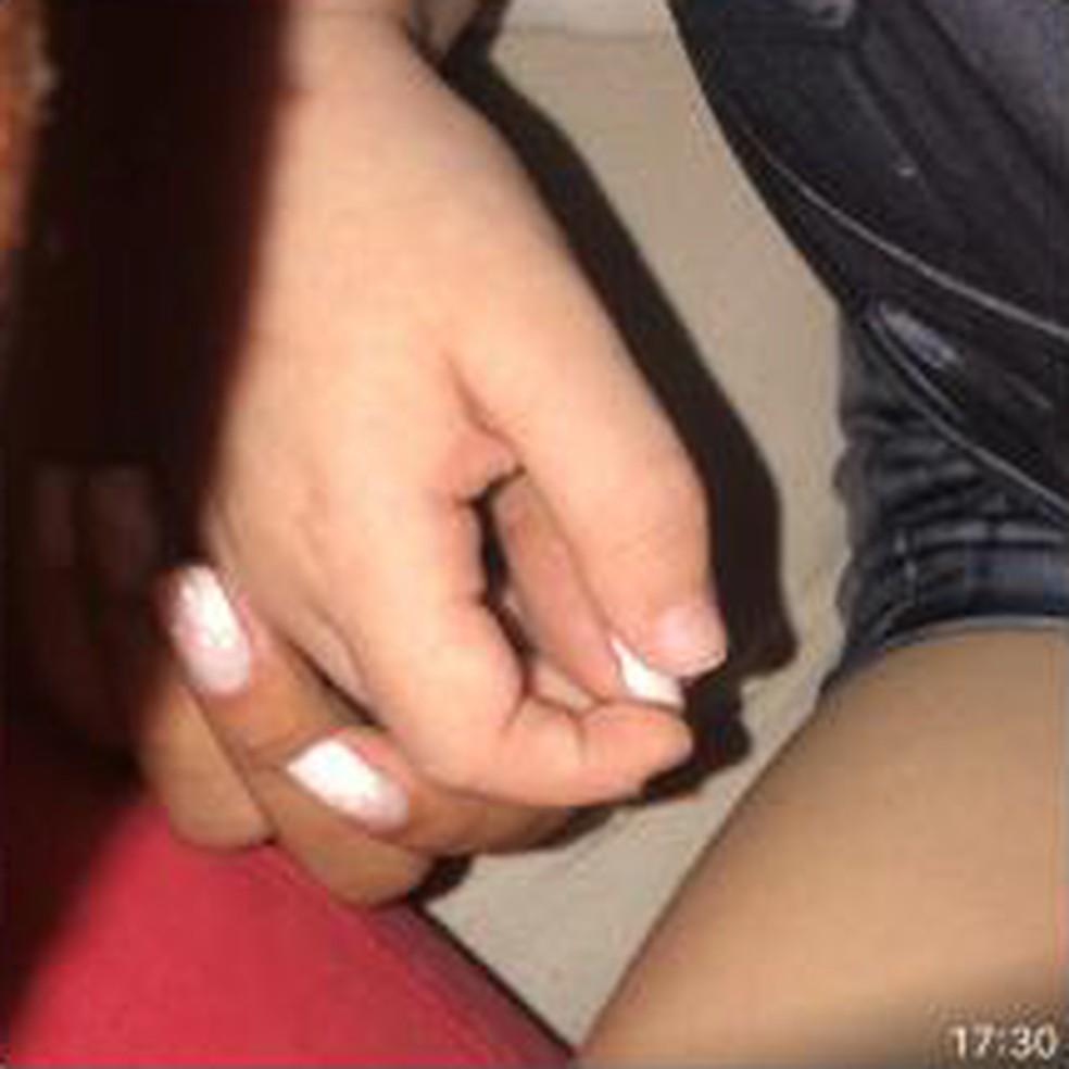 Imagem recuperada pela polícia mostra Henry de braço dado com Thayná, a babá, depois de uma suposta sessão de tortura por Jairinho — Foto: Reprodução