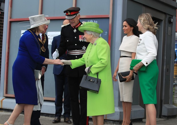 RUNCORN, CHESHIRE, ENGLAND - JUNE 14:  Queen Elizabeth II and Meghan, Duchess of Sussex are greeted as they arrive by Royal Train at Runcorn Station to open the new Mersey Gateway Bridge on June 14, 2018 in the town of Runcorn, Cheshire, England. Meghan M (Foto: Getty Images)