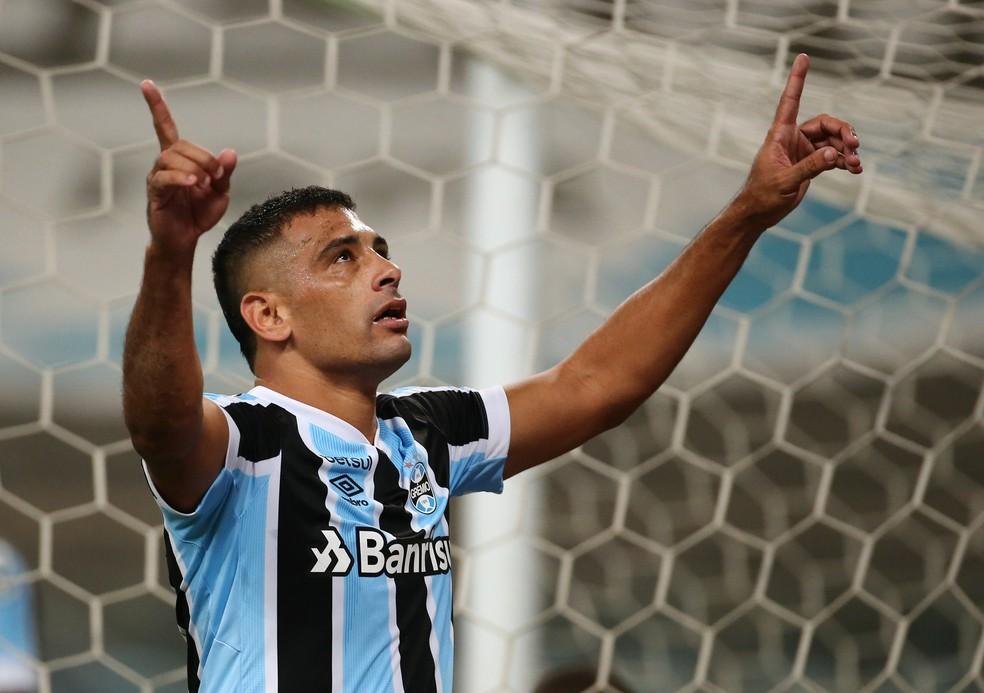 Diego Souza comemora gol pelo Grêmio — Foto: Reuters