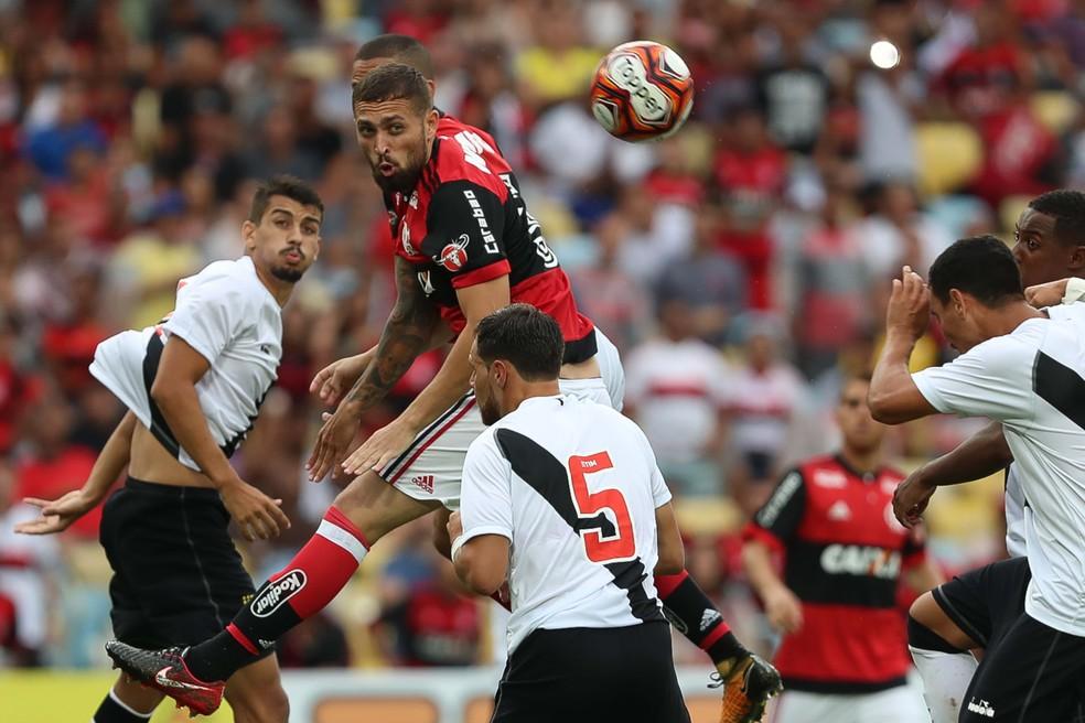 Léo Duarte em ação no clássico com o Vasco, pelo Carioca: são 30 jogos como profissional (Foto: Gilvan de Souza / Flamengo)
