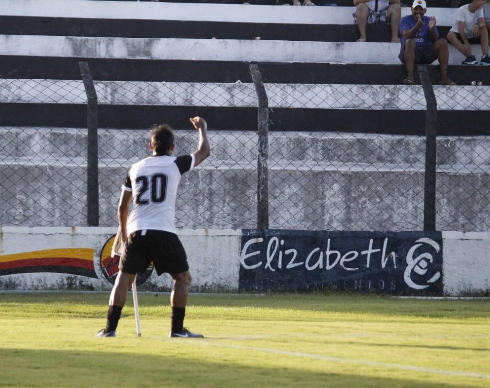 Comemorações descontraídas são uma marca de Enercino — Foto: Nádya Araújo / Botafogo-PB