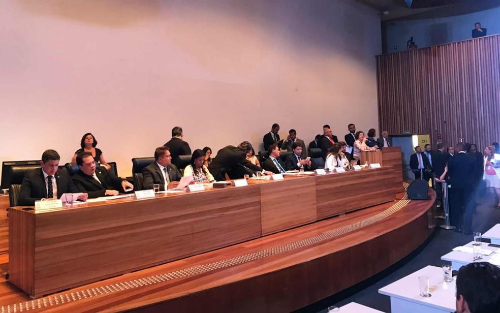 Mesa Diretora da CLDF em sessão extraordinária no auditório da Casa — Foto: Letícia Carvalho/G1