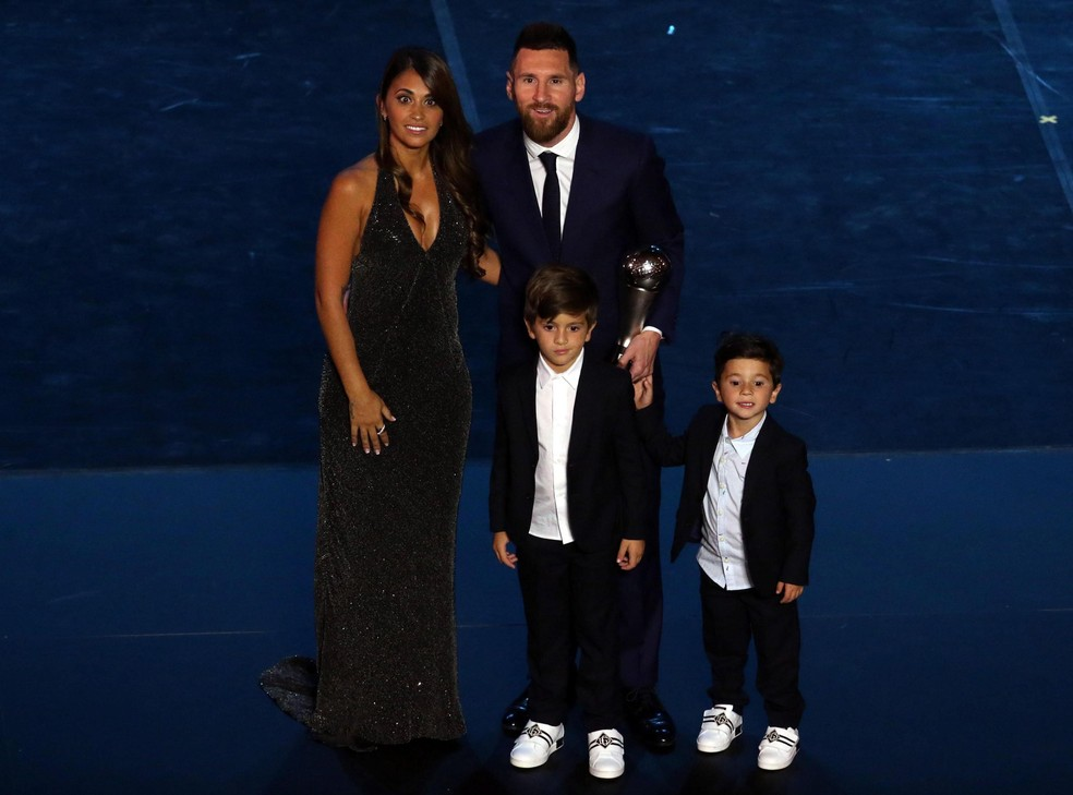 Messi, ao lado da mulher Antonella Roccuzzo, e os filhos Thiago e Mateu: a primeira chance de mostrar aos filhos o quanto é grande — Foto: Matteo Bazzi/EFE