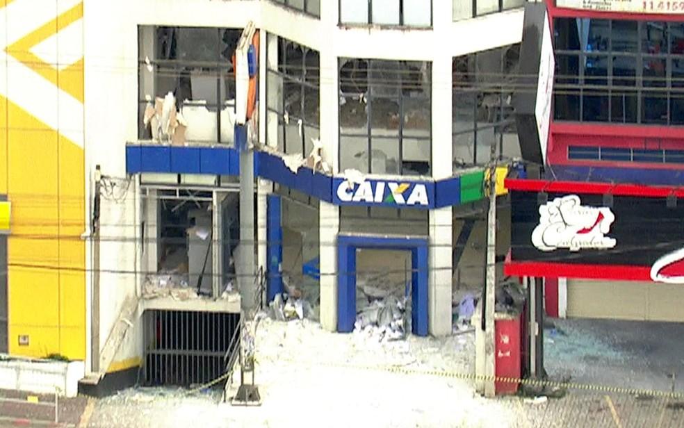 Explosão em agência bancária em Vargem Grande Paulista — Foto: TV Globo/Reprodução