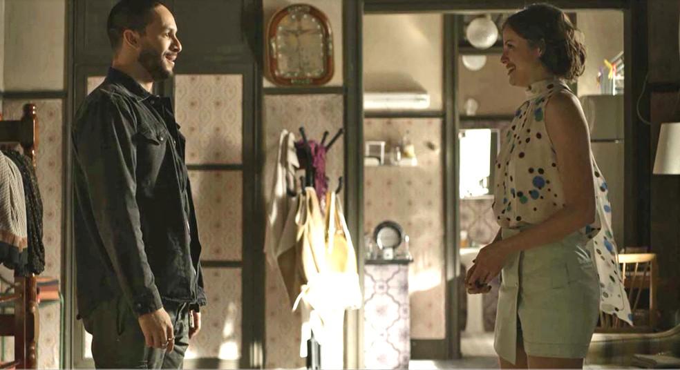 Téo (Rainier Cadete) acredita na mudança de Josiane (Agatha Moreira), em 'A Dona do Pedaço' — Foto: Globo