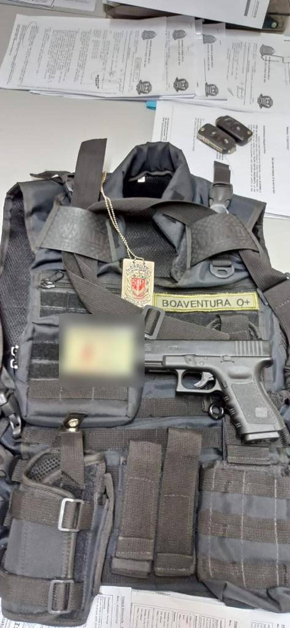 Homem foi detido por se passar por falso policial civil em São José — Foto: Divulgação/Polícia Civil
