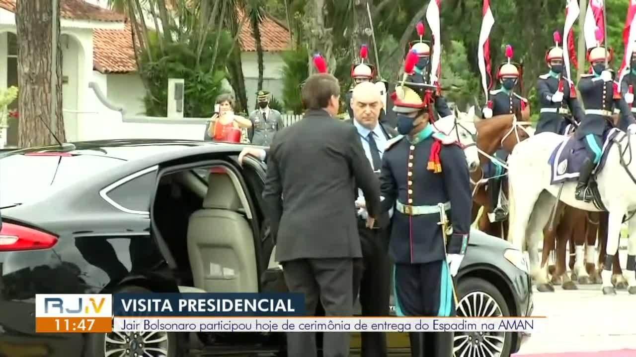 Bolsonaro participa de cerimônia de entrega do Espadim na Aman, em Resende
