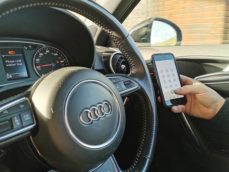 No Brasil, utilizar o celular enquanto dirige é uma infração gravíssima, com multa R$ 293,47 (Foto: DPP Law/ Flickr)