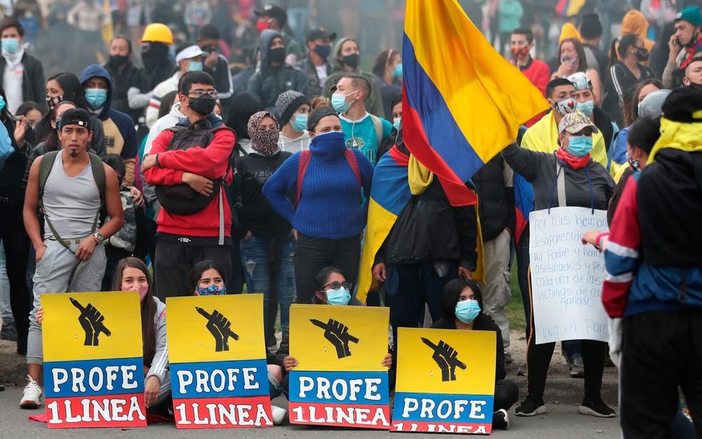 Manifestantes participam de protesto contra o governo em Bogotá, na Colômbia, na sexta-feira (28) — Foto: AP Photo/Fernando Vergara