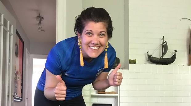 Kayla Kraich-Moura, nascida na Califórnia, vestindo a camiseta da seleção brasileira  (Foto: Divulgação )