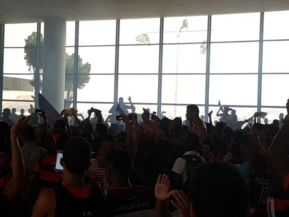 Confusão entre torcedores e policiais aconteceu no saguão do Santos Dumont (Foto: Marcelo Baltar)