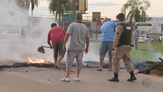 Manifestantes bloqueiam a BR-491 em protesto contra prisão do ex-presidente Lula em Alfenas, MG