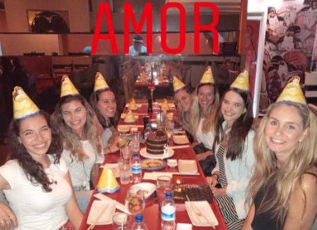 Juliana Paiva comemora aniversário entre amigas (Foto: Divulgação)