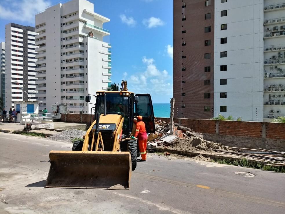 Construção sobre muro de arrimo é demolida em Mãe Luiza, na Zona Leste de Natal — Foto: Divulgação