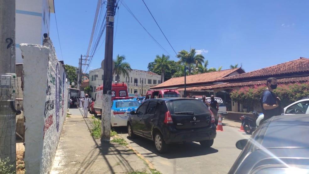 Movimentação em torno do carro onde policial militar fez namorada refém — Foto: Rianne Netto/TV Rio Sul