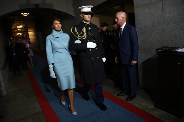 Melania Trump usou vestido azul pastel no dia da posse (Foto: Alex Wong / Getty Images)