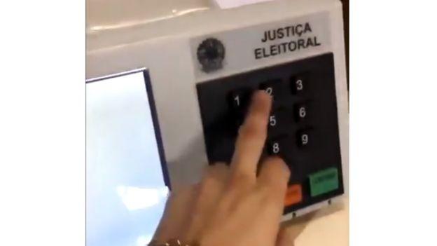 'Fraude' em urna é imagem falsa, afirma TRE-MG, que fez vídeo para rebater imagens (Foto: Reprodução/BBC)