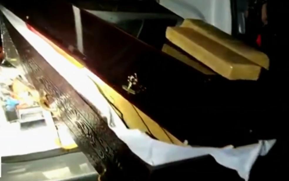 Policiais ecncontram drogas escondidas dentro de caixões funerários que estariam levando vítimas de Covid-19 — Foto: Reprodução/TV Anhanguera