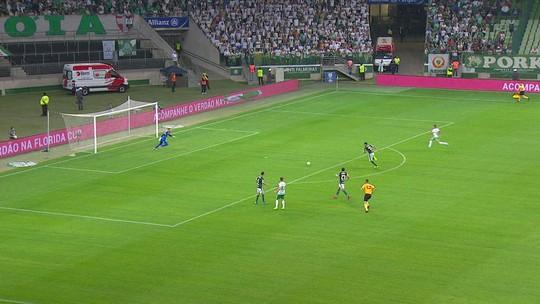 """Cobrado para ser mais decisivo, Weverton comemora """"gol de goleiro"""" no Palmeiras"""