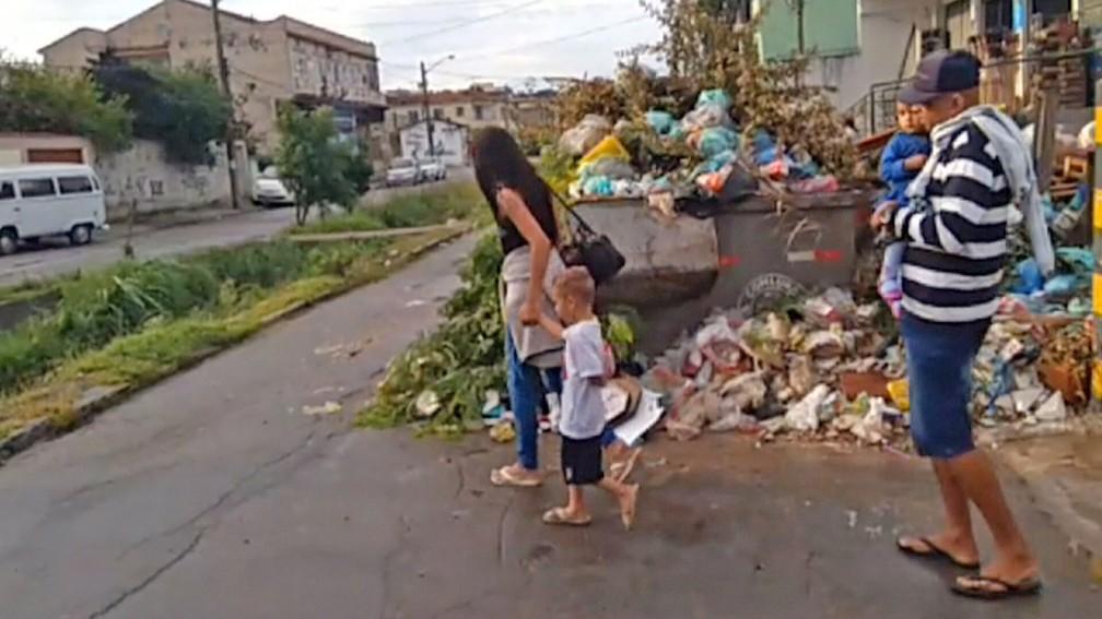 Pedestres têm de desviar de montanha de lixo na Ilha do Governador — Foto: Reprodução/TV Globo