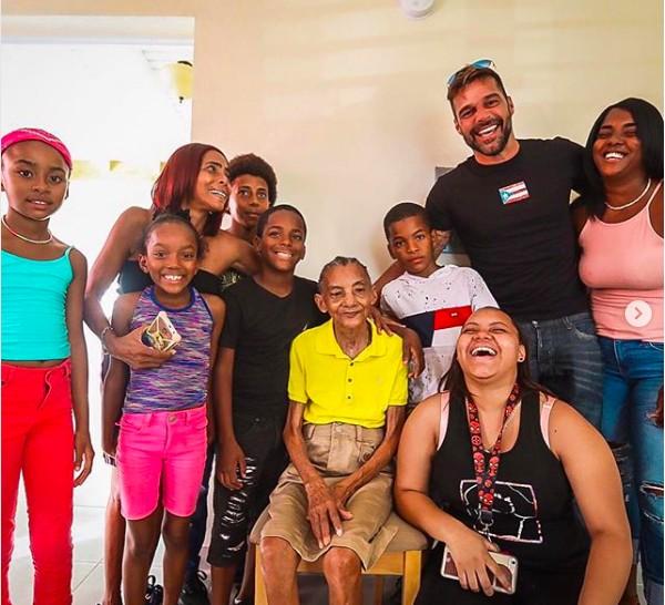 O cantor Ricky Martin com uma família que teve a casa reconstruída pela fundação do músico (Foto: Instagram)