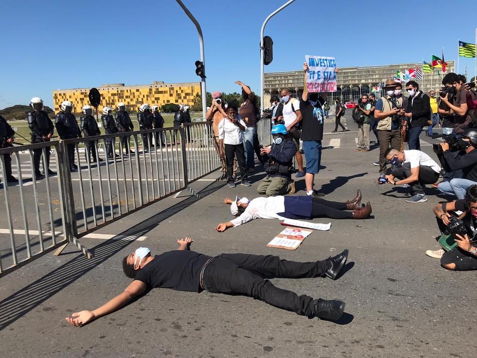 Manifestantes deitam no chão, na Esplanada, em referência à morte do norte-americano negro George Floyde, morto asfixiado por policial — Foto: Afonso Ferreira/G1