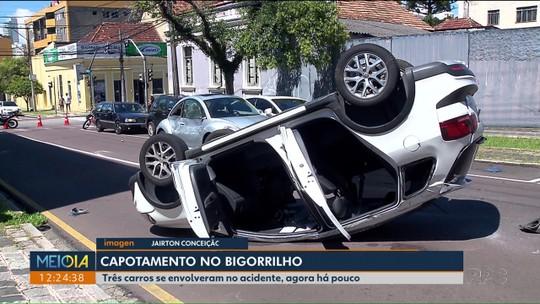 Carro capota em acidente com outros dois veículos, em Curitiba