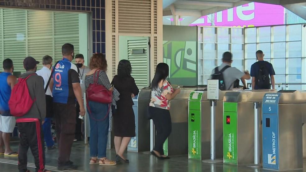 Fila de passageiros em estação do Metrô do DF após problema no sistema de bilhetagem — Foto: TV Globo/Reprodução