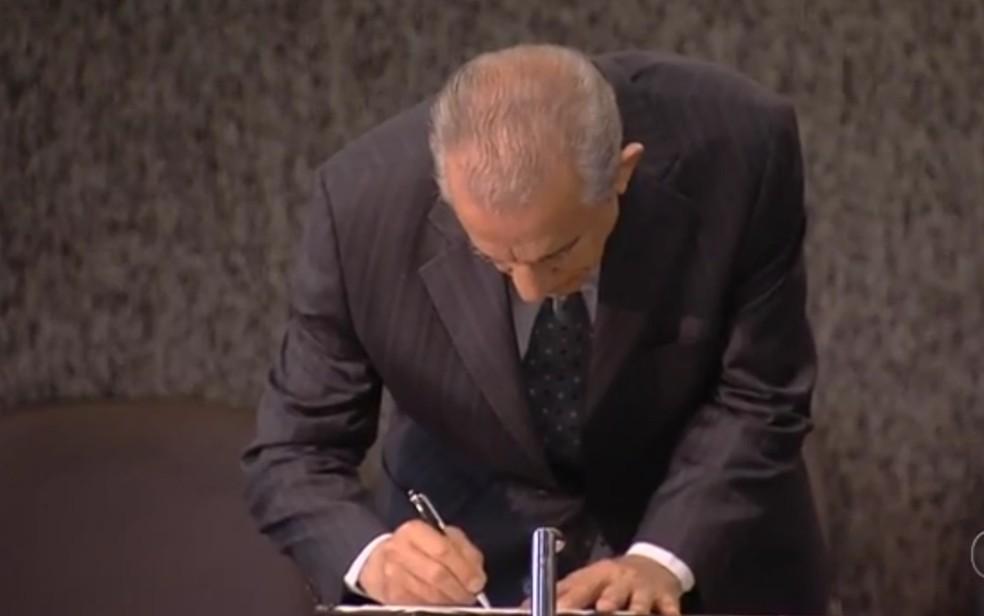 Decreto foi assinado pelo prefeito Iris Rezende em Goiânia (Foto: TV Anhanguera/Reprodução)