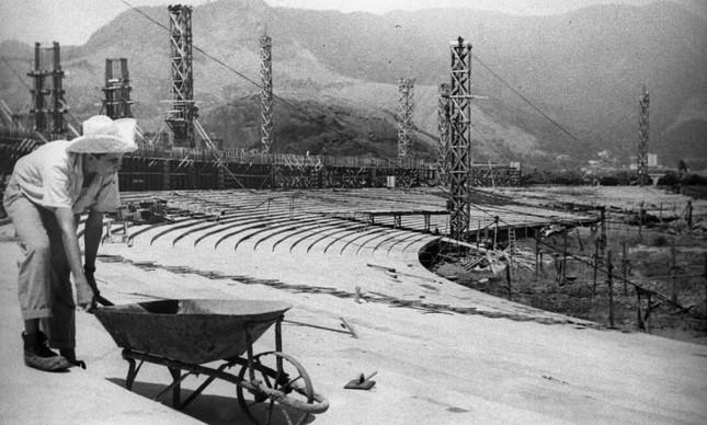 Funcionário trabalha no Maracanã durante a construção do estádio, em março de 1948