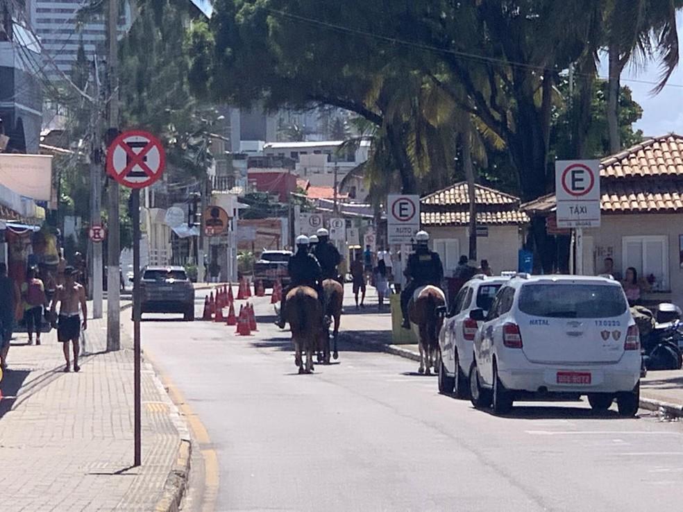 Homens da Cavalaria da Polícia Militar também fizeram ronda em Ponta Negra — Foto: Wild Nascimento
