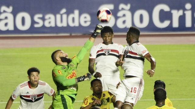 Alex Muralha falha, e Arboleda cabeceia para o gol em São Paulo x Mirassol