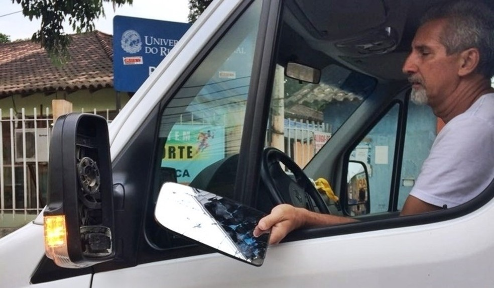 Bolada quebrou retrovisor de van (Foto: Futrio)
