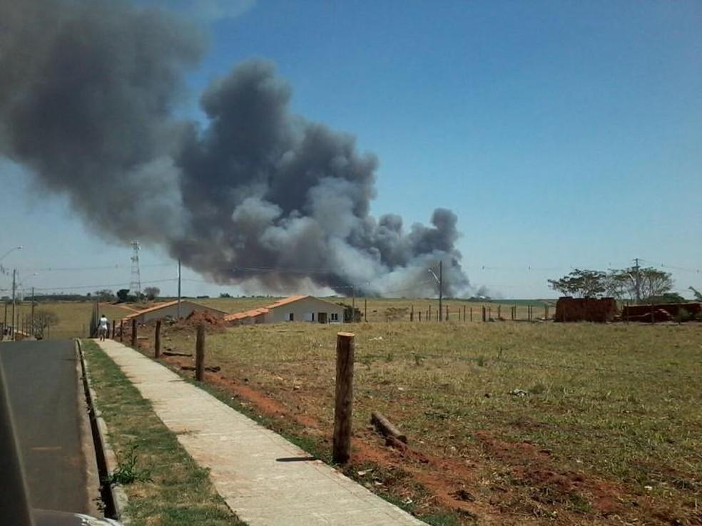 Área fica perto de casas, mas não nenhuma foi atingida (Foto: Arquivo pessoal)