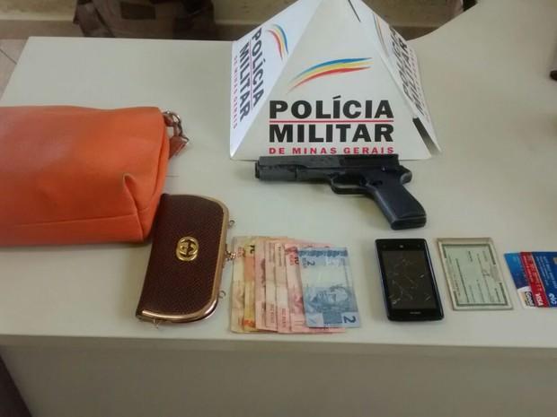 Material apreendido com dupla apanhada em cemitério (Foto: Polícia Militar/Divulgação)