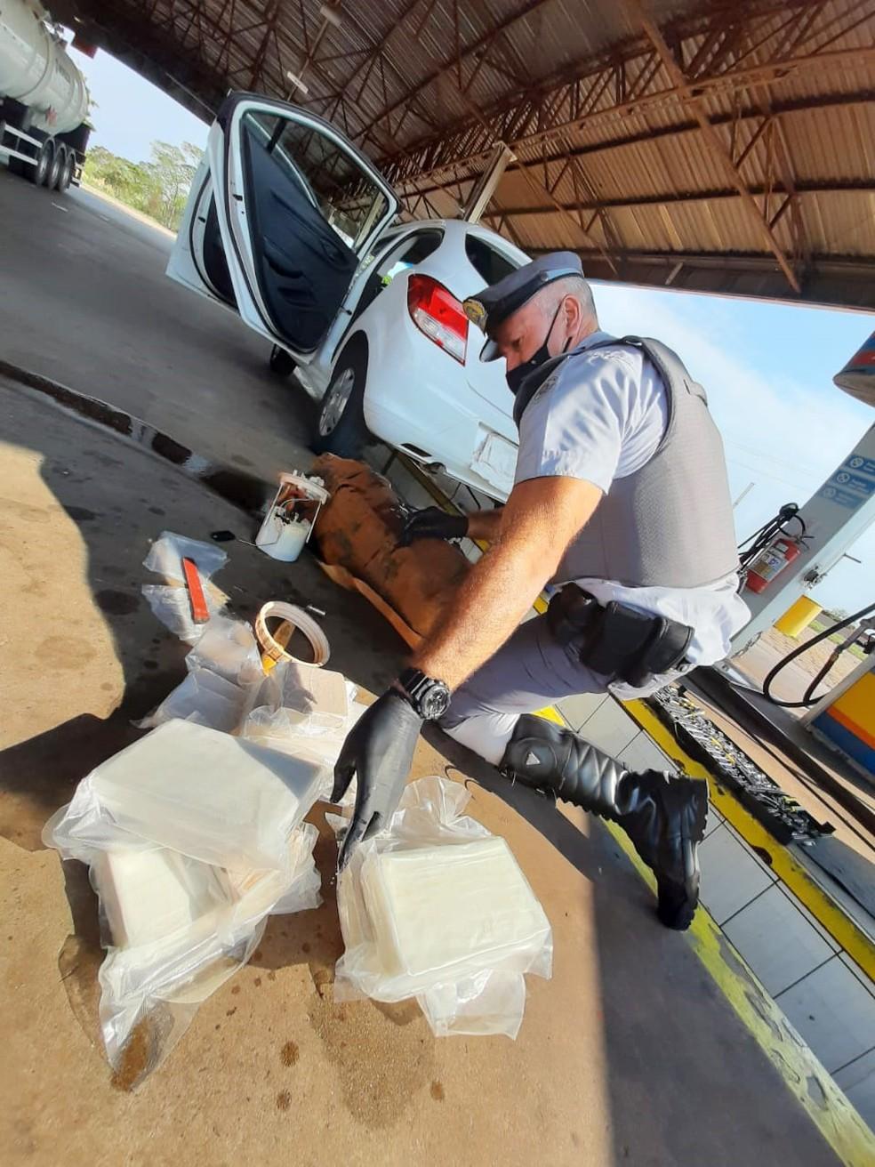 Cocaína estava escondida no tanque de combustíveis do carro — Foto: Polícia Militar Rodoviária