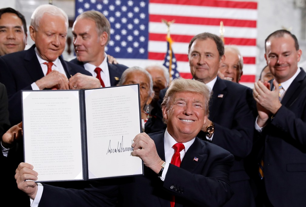 Trump assina em Utah documento para reduzir área de duas reservas nos EUA (Foto: Kevin Lamarque/Reuters)