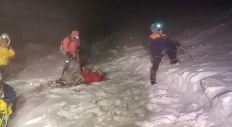 Equipe do Ministério de Emergências da Rússia fazem operação de resgate a grupo de alpinistas que ficou preso ao tentar escalar o Monte Elbrus, no Cáucaso, em 23 de setembro de 2021. Cinco pessoas morreram e 14 foram socorridas. — Foto: Ministério de Emergências da Rússia via Reuters