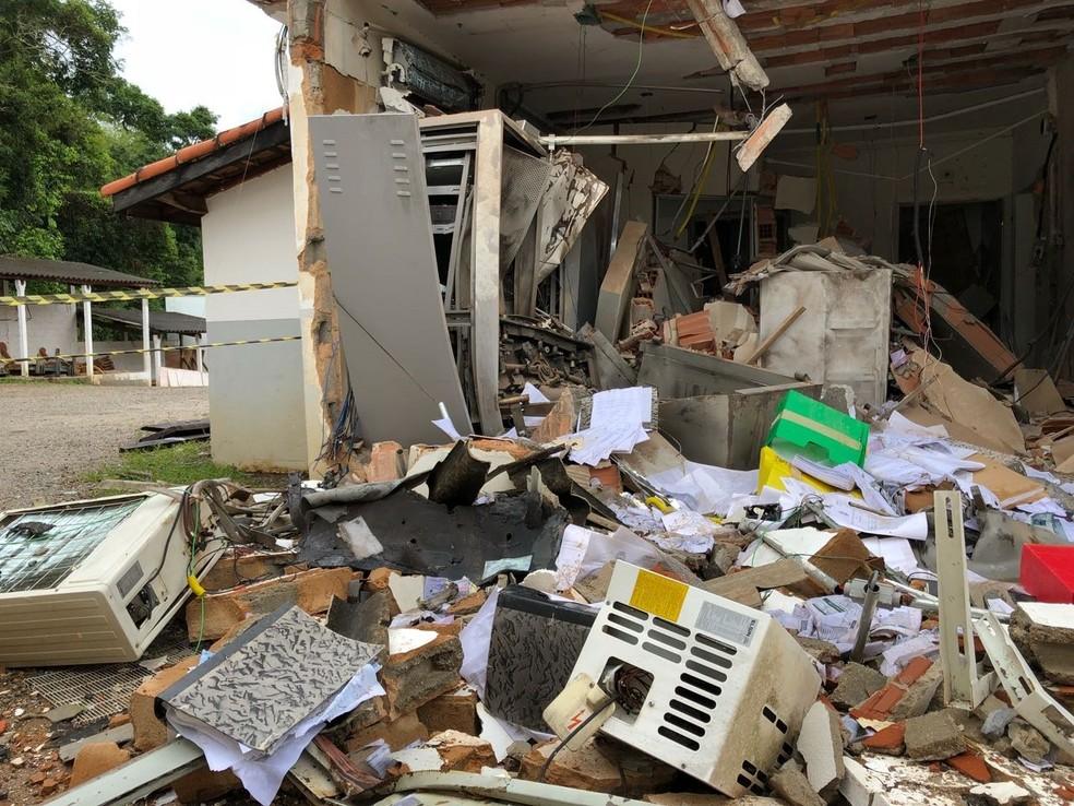 Agência ficou completamente destruída (Foto: André Rosa/TV Vanguarda)