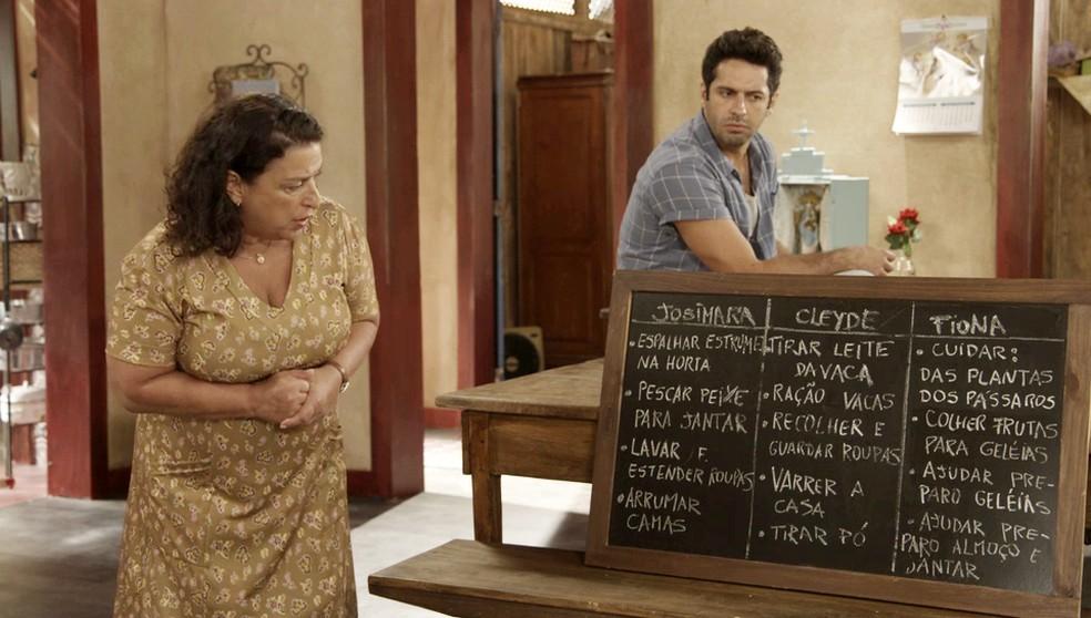 Ermelinda (Grace Gianoukas) diz que precisa de ajuda para as tarefas do sítio em 'Salve-se Quem Puder' — Foto: Globo