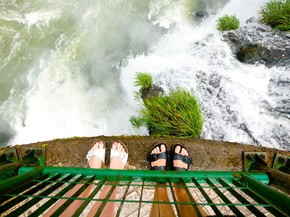 Família britânica tira fotos de seus pés em viagens ao redor do ...