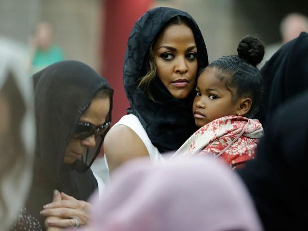 A mulher e a filha de Muhammad Ali no funeral do boxeador em Louisville (Foto: David Goldman/AP)