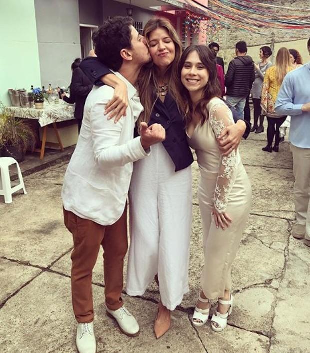 A atriz Mariana Santos com os noivos, Gustavo Araujo e Daphne Bozaski (Foto: reprodução / Instagram)
