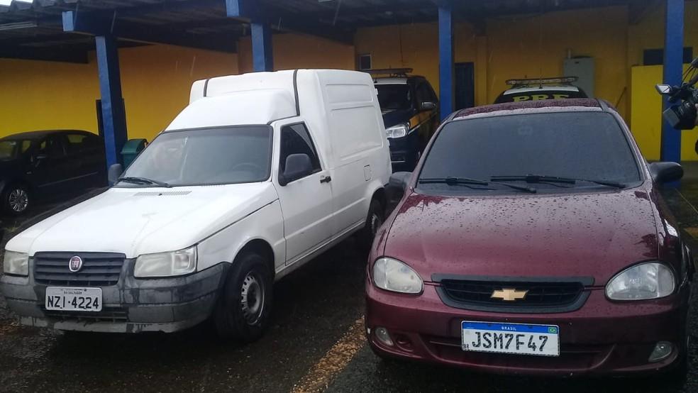 Carros usados pelos criminosos na ação de tentativa de assalto na BR-324, em Simões Filho — Foto: Cid Vaz/TV Bahia