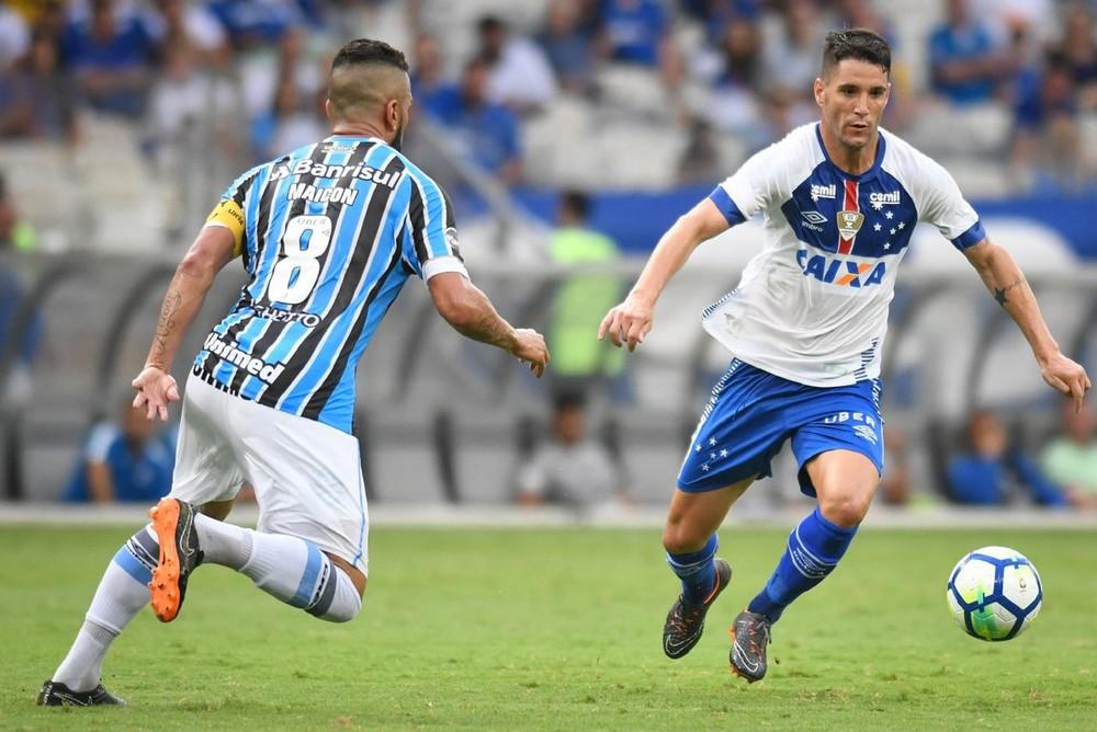 Com ausência futebolística, Cruzeiro perde em casa e larga mal