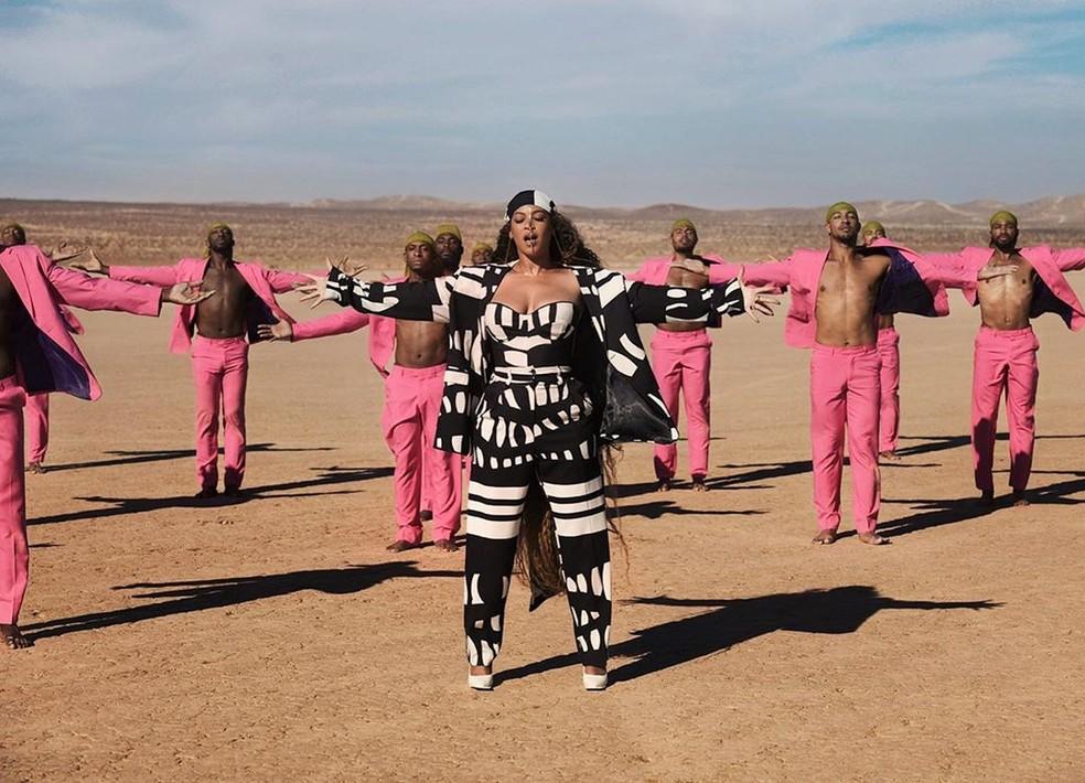 """Beyoncé veste modelo criado por Sarah Diouf em clipe de """"Spirit"""" — Foto: Reprodução/Instagram"""