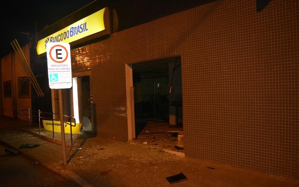 Agência bancária foi alvo de criminosos na mandrugada desta segunda-feira (Foto: João Carvalho/ Portal Jaguarari)